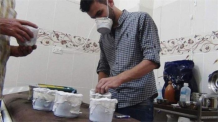 Một người đàn ông tự chế mặt nạ chống độc ở ngoại ô Damascus