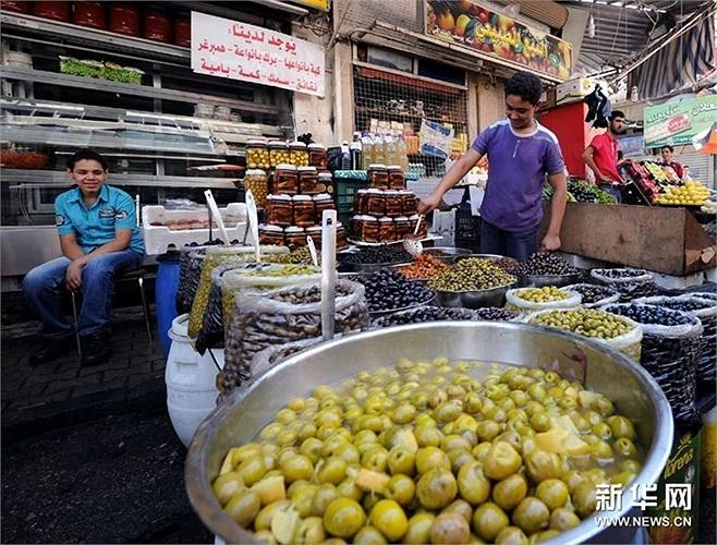 Hai thanh niên ở quầy bán ô-liu tẩm ướp trên phố Damascus hôm 4/9