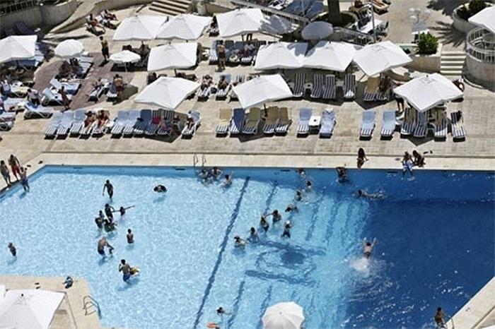 Người dân Syria đi tránh nóng tại một bể bơi