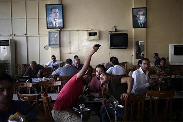 Thanh niên tán ngẫu vui vẻ trong quán cà phê