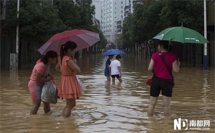 Người dân lội nước trên phố