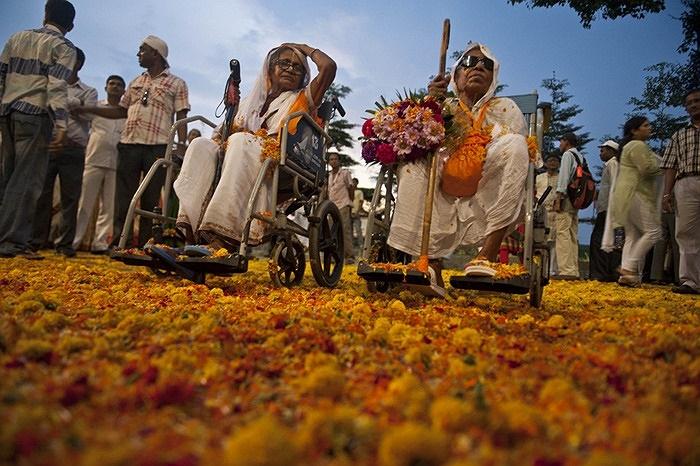 Người dân tham gia một lễ hội Hindu, ở Kolkata, Ấn Độ