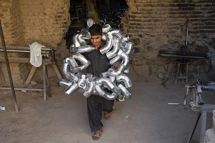Công nhân địa phương mang đường ống đi làm tại Kandahar, Afghanistan