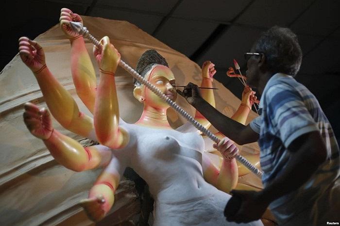 Nghệ nhân sơn thần tượng nữ thần Durga của Hindu giáo tại một xưởng sơn ở khu phố cổ Dhaka, Bangladesh
