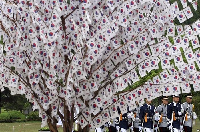 Binh lính Hàn Quốc treo nhiều cờ trên cây ở nghĩa trang quốc gia Seoul