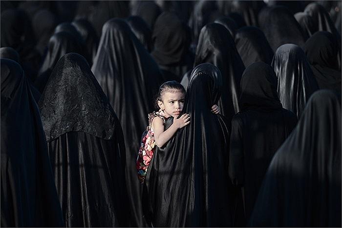 Một bé gái ôm mẹ trong đám tang ở Karzakkan, Bahrain