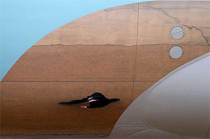 Một thành viên của cơ quan mật vụ Mỹ đi cạnh chiếc Air Force One ở căn cứ McGuire, bang New Jersey, Mỹ