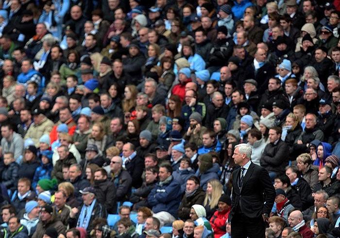 HLV trưởng Newcastle, Alan Pardew bị che khuất bởi vô vàn CĐV Man City