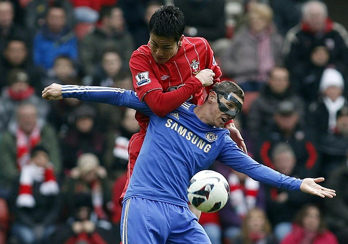 Pha kèm người chẳng khác nào khóa tay trong môn karate của Maya Yoshida dành cho Fernando Torres