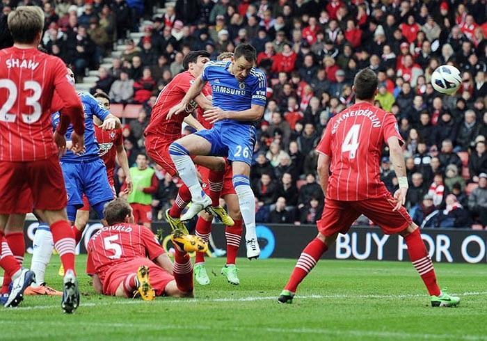 Đội trưởng John Terry trở lại và giúp Chelsea có được bàn thắng