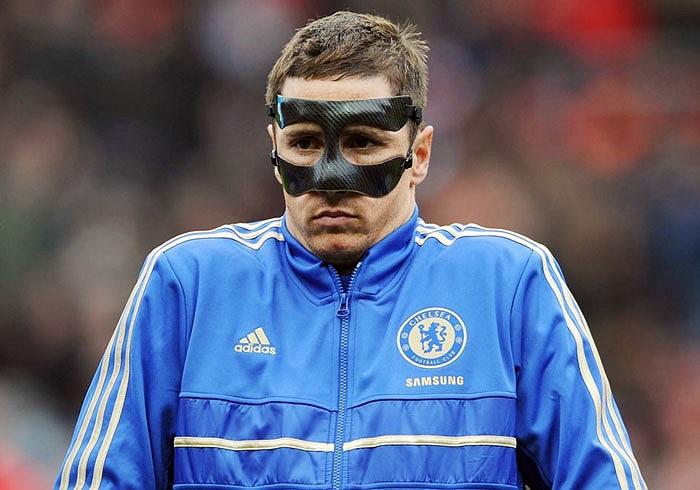 Fernando Torres đeo mặt nạ, trông chẳng khác nào hiệp sĩ Zoro