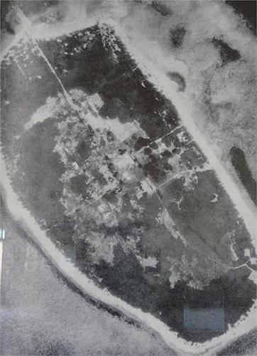 Hoàng Sa nhìn từ trên không với các cơ sở quân sự, khí tượng của Việt Nam.
