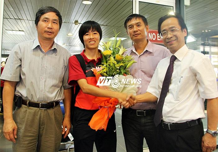 Đội trưởng Lê Thị Thương nhận hoa của Phó chủ tịch VFF Nguyễn Lân Trung.