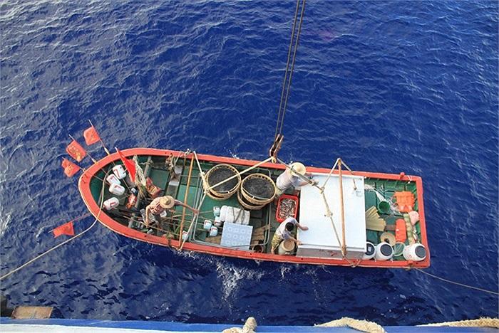 Một tàu cá nhỏ rời tàu tiếp tế chuẩn bị đánh bắt trái phép ở vùng biển Trường Sa ngày 14/5