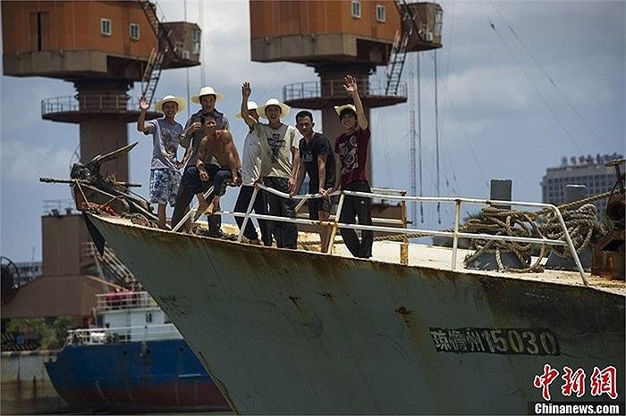 Ngư dân tàu cá Trung Quốc khi còn ở cảng