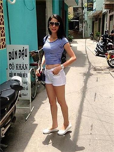 Trang Trần khoe eo thon khi đi bán bún đậu.