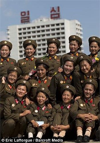 Những nữ binh sĩ Triều Tiên xinh đẹp dưới ống kính của nhiếp ảnh gia người Pháp