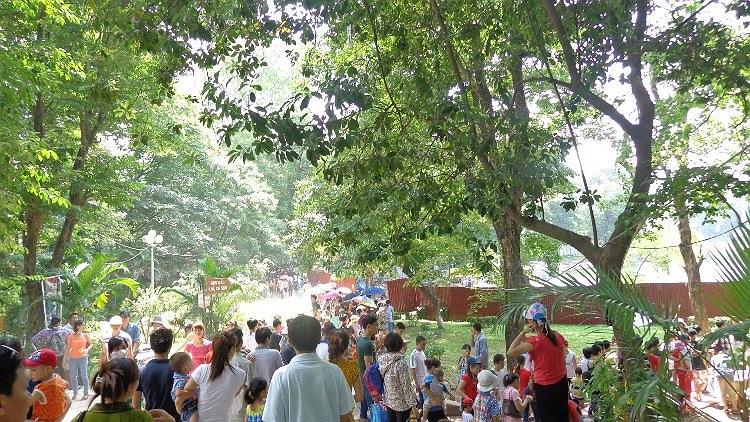 Mặc cho trời nắng, lượng người đổ về các khu vui chơi càng lúc càng đông.