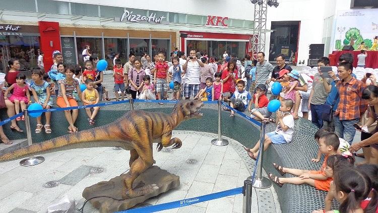 hay vui đùa bên chú khủng long...