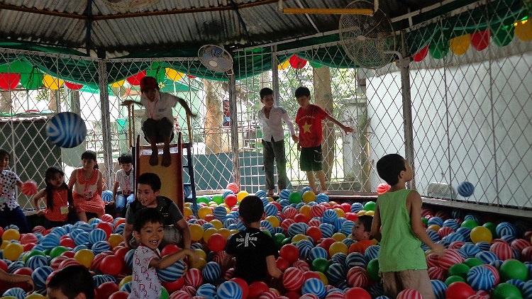 Trùng vào ngày nghỉ nên ngày Quốc tế Thiếu nhi năm nay, các khu vui chơi giải trí chật kín khách.