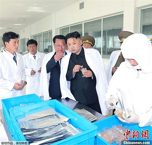 Nhà lãnh đạo Kim Jong-un thăm nhà máy thực phẩm hôm 16/5