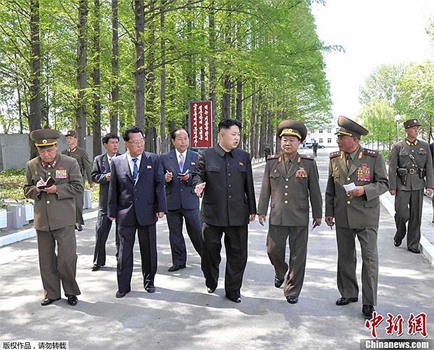 Gần đây, nhà lãnh đạo Kim Jong-un xuất hiện trong các chuyến thị sát quân đội, công trình quân sự, .v.v