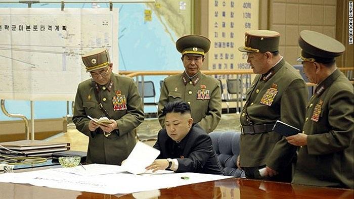 Ông Kim Jong-un bên cạnh tấm bản đồ ghi 'Kế hoạch cho các lực lượng chiến lược để tấn công lục địa Mỹ'