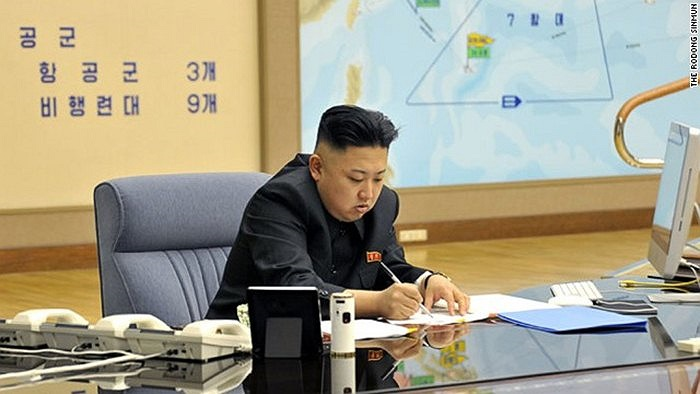 Lãnh đạo Kim Jong-un làm việc trong văn phòng với chiếc máy tính được cho là iMac của Apple