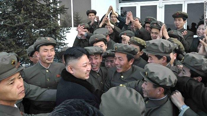 Chủ tịch Kim đến thăm các binh sĩ tại Bình Nhưỡng sau khi phóng thành công tên lửa tầm xa mang vệ tinh lên không gian