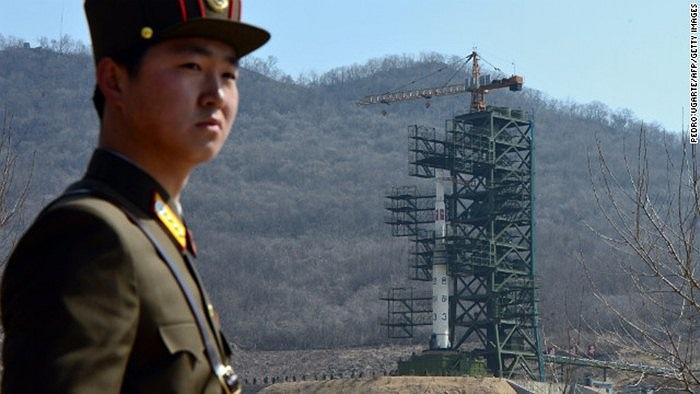 Binh sĩ Triều Tiên đứng canh tên lửa Unha III trước khi phóng ngày 8/4/2012
