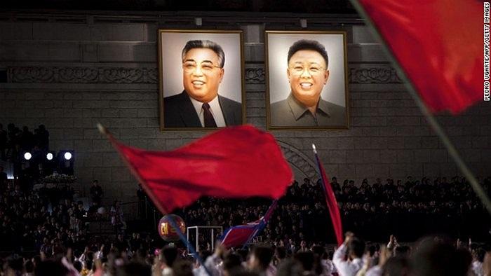 Đám đông vẫy cờ trong lễ kỉ niệm 100 năm ngày sinh cố Chủ tịch Kim Il Sung tại Bình Nhưỡng, ngày 16/4/2012