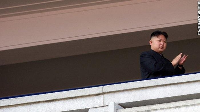 Ông Kim Jong-un quan sát lễ duyệt binh ngày 15/4/2012
