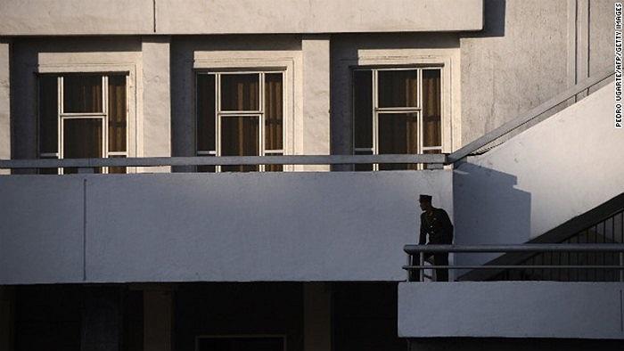 Một binh sĩ làm nhiệm vụ canh gác trên ban công tòa nhà ở Bình Nhưỡng ngày 16/4/2012