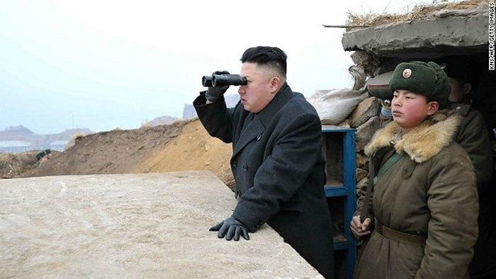 Ông Kim Jong-un dùng ống nhòm theo dõi cuộc tập trận trên đảo Jangjae, gần đảo Taeyonphyong của Hàn Quốc