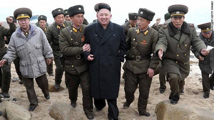 Chủ tịch trẻ và các binh sĩ Triều Tiên khi ông đến thăm đảo Mu