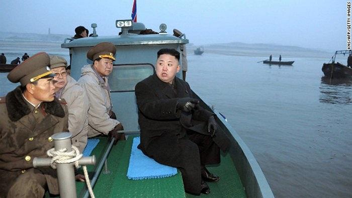 Trên xuồng đi thăm binh sĩ ở đảo Jangjae