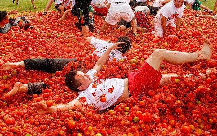 Ném cà chua là hoạt động nổi bật nhất trong chuỗi sự kiện lễ hội kéo dài 3 ngày ở quốc gia này