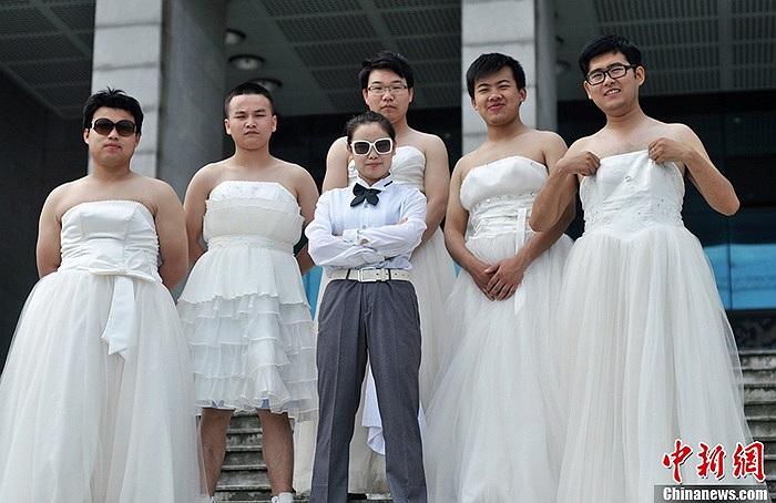 Trong lễ tốt nghiệp, các sinh viên nam nữ lần lượt hóa thân thành cô dâu, chú rể
