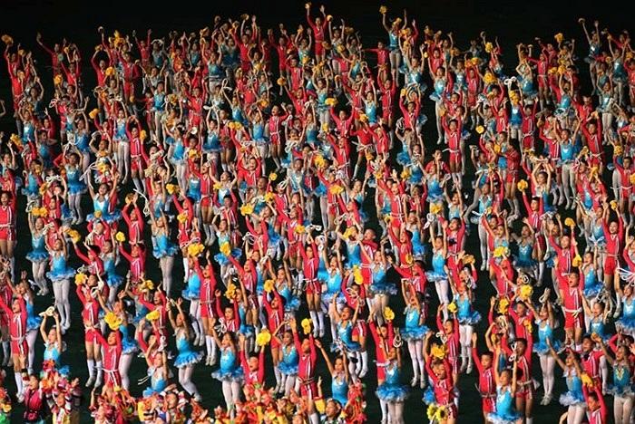 Màn biểu diễn nhào lộn của các em nhỏ Triều Tiên
