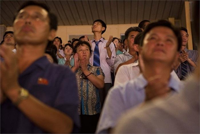 Người dân Triều Tiên vỗ tay