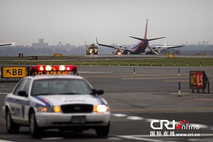 Chiếc máy bay Boeing 737 màu xanh đỏ của hãng hàng không Southwest Airlines chúi đầu xuống đường băng