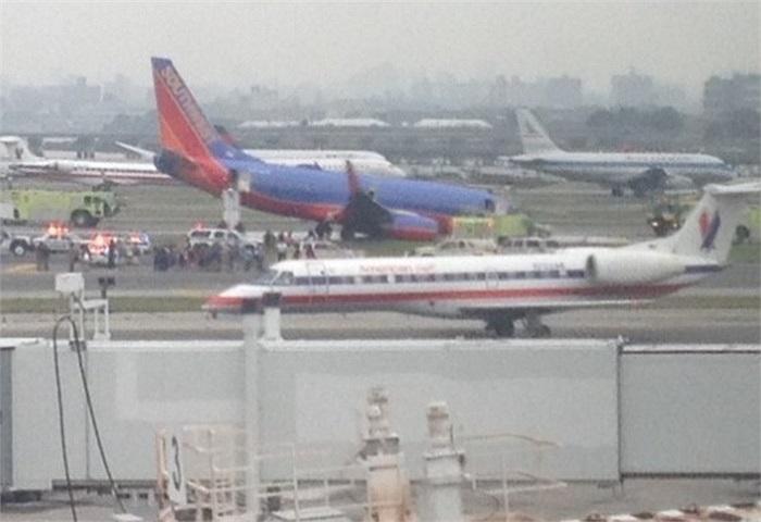 Boeing 737 chúi đầu xuống đường băng