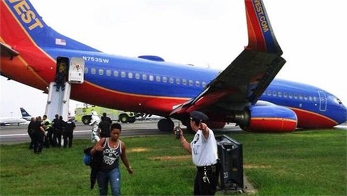 Chiếc máy bay cắm mũi xuống đường băng tại sân bay LaGuardia