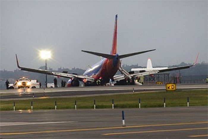 Nhiều hành khách được sơ tán khẩn cấp sau khi Boeing 737 của hãng hàng không Southwest Airlines chúi xuống đường băng chiều 22/7 theo giờ địa phương