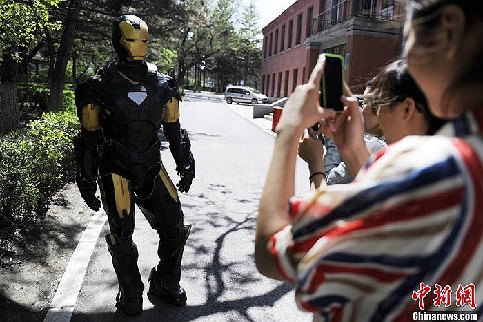 Người qua đường đua nhau chụp ảnh iron man