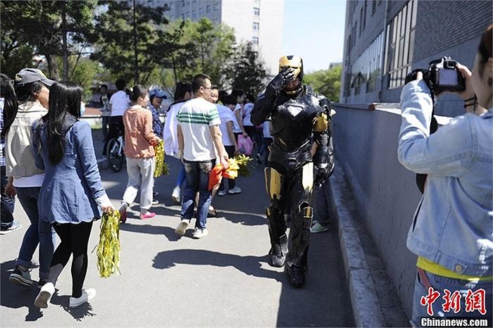 Chàng trai hóa thân 'người sắt' là sinh viên trường đại học công nghiệp Trường Xuân,tỉnh Cát Lâm, Trung Quốc