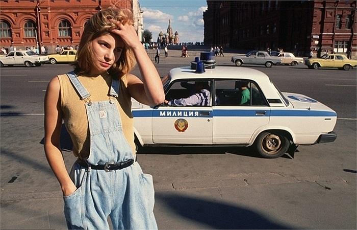 Gái mại dâm 18 tuổi lang thang trên đường phố Matxcơva phía sau là chiếc xe tuần tra của cảnh sát