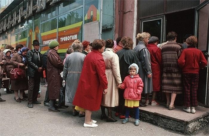 Người dân xếp hàng bên ngoài cửa hàng thực phẩm ở Novokuznetsk
