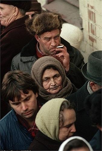 Hàng người chờ đợi mua bánh mỳ ở Matxcơva