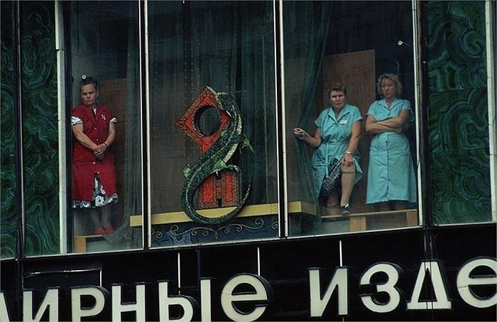3 nữ nhân viên cửa hàng theo dõi một đám tang trên phố sau cuộc đảo chính bất thành ngày 19/8/1991